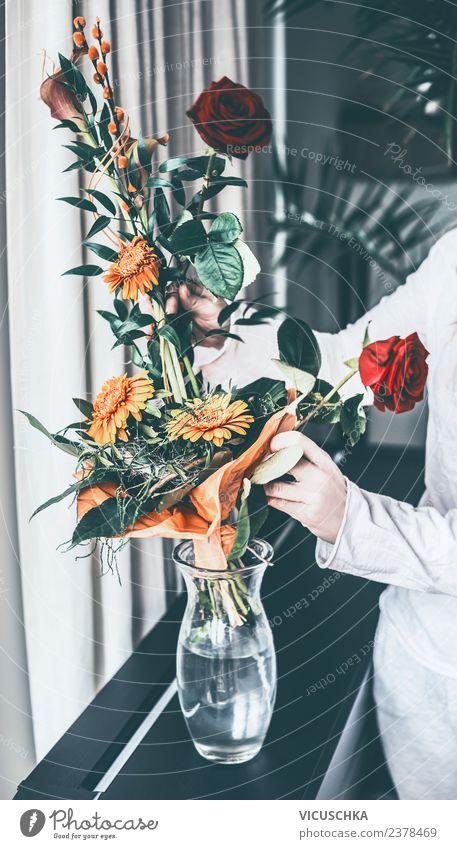 Weibliche hände mit Blumenstrauß und Vase Lifestyle Stil Häusliches Leben Wohnung Innenarchitektur Dekoration & Verzierung Wohnzimmer Mensch feminin Frau