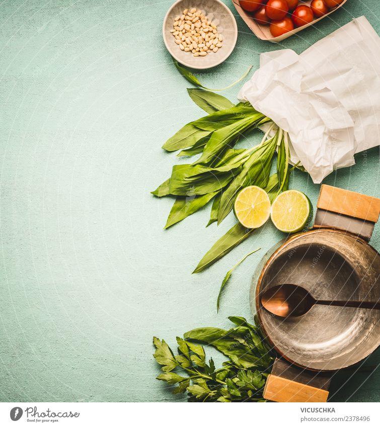 Wilder Knoblauch, Bärlauch, in Papier mit Kochtopf und Löffel Gesunde Ernährung Foodfotografie Gesundheit Lebensmittel Hintergrundbild Stil Design Küche
