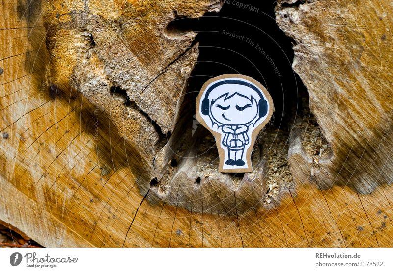 Pappland | Lauscherin in einem Baumstamm Mensch Junge Frau Jugendliche 1 Musik Musik hören Kopfhörer Umwelt Natur genießen Lächeln stehen Fröhlichkeit Glück