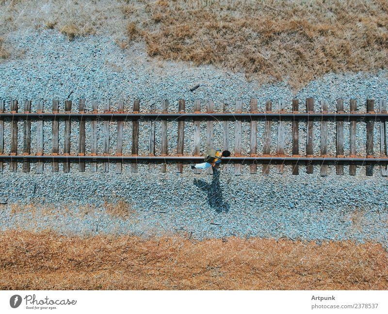 Eine Luftaufnahme eines Wanderers, der entlang der Eisenbahn geht. wandern Stahl industriell Verkehr Außenaufnahme Abenteuer Ferien & Urlaub & Reisen Kies