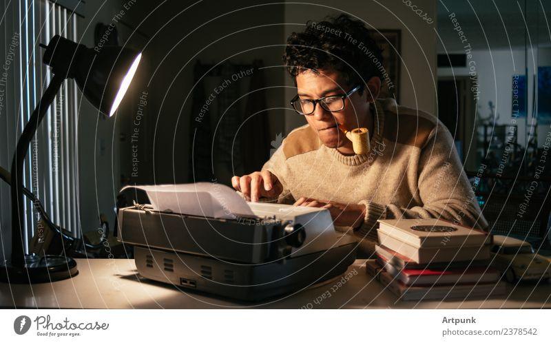 Junger Mann, der vor einer Schreibmaschine arbeitet. 18-30 Jahre Asiate Schriftsteller Lampe Arbeit & Erwerbstätigkeit Literatur Pfeife Tabakwaren Buch Brille