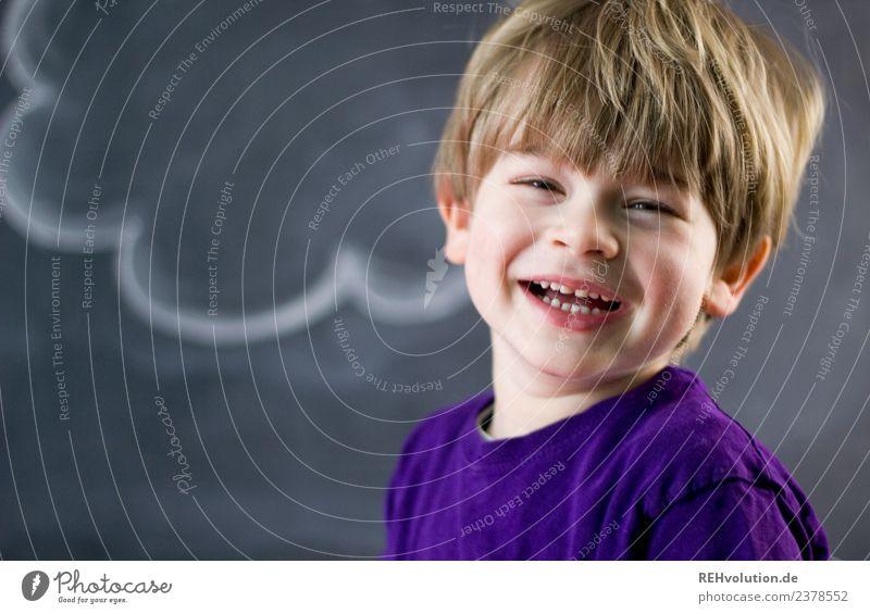 Junge lacht Mensch maskulin Kind Kindheit Gesicht 1 1-3 Jahre Kleinkind 3-8 Jahre T-Shirt Haare & Frisuren blond lachen authentisch außergewöhnlich Fröhlichkeit