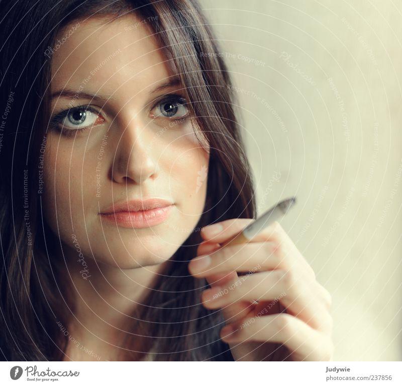 Tiefe elegant Stil schön Gesicht Rauchen ruhig Mensch feminin Junge Frau Jugendliche Erwachsene 18-30 Jahre schwarzhaarig brünett langhaarig Zigarette