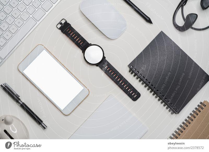 Kreativer flacher Lay mit modischem Objekt auf weißem Hintergrund Kaffee Geld Ferien & Urlaub & Reisen Tourismus Ausflug Sommer Schreibtisch Tisch