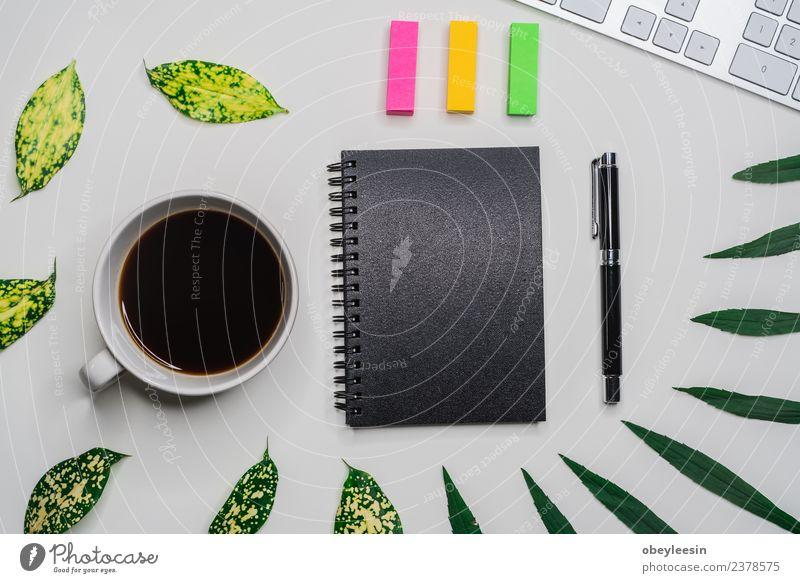 Kreativer flacher Lay mit modischem Objekt auf weißem Hintergrund Kaffee Ferien & Urlaub & Reisen Tourismus Ausflug Sommer Schreibtisch Tisch