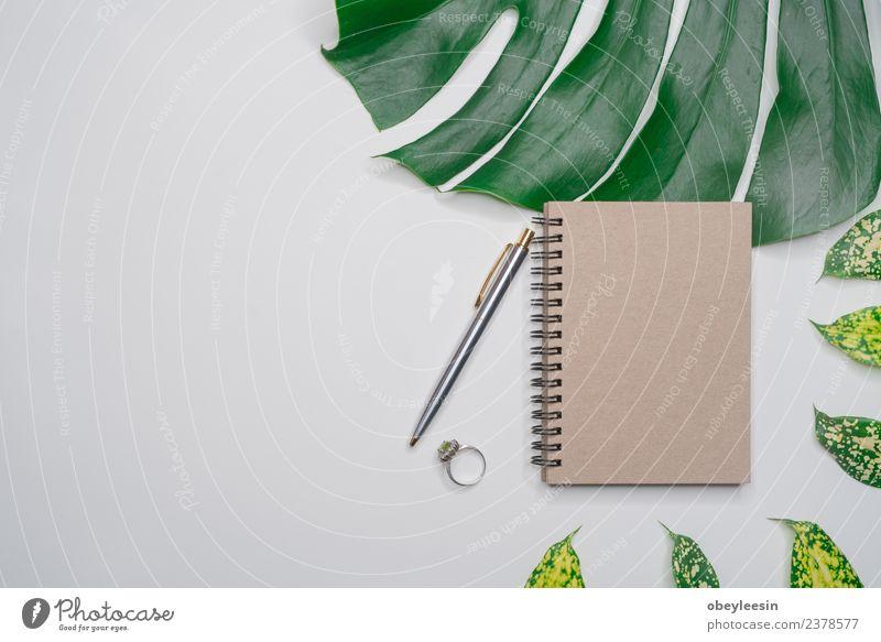 Kreatives Flatlay mit modischem Objekt auf weißem Hintergrund Kaffee Ferien & Urlaub & Reisen Tourismus Ausflug Sommer Schreibtisch Tisch