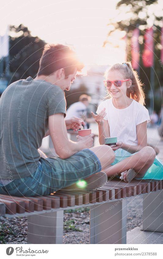 Junges Mädchen und Junge verbringen zusammen Zeit in der Innenstadt. Dessert Speiseeis Essen Lifestyle Freude Glück Freizeit & Hobby Ferien & Urlaub & Reisen