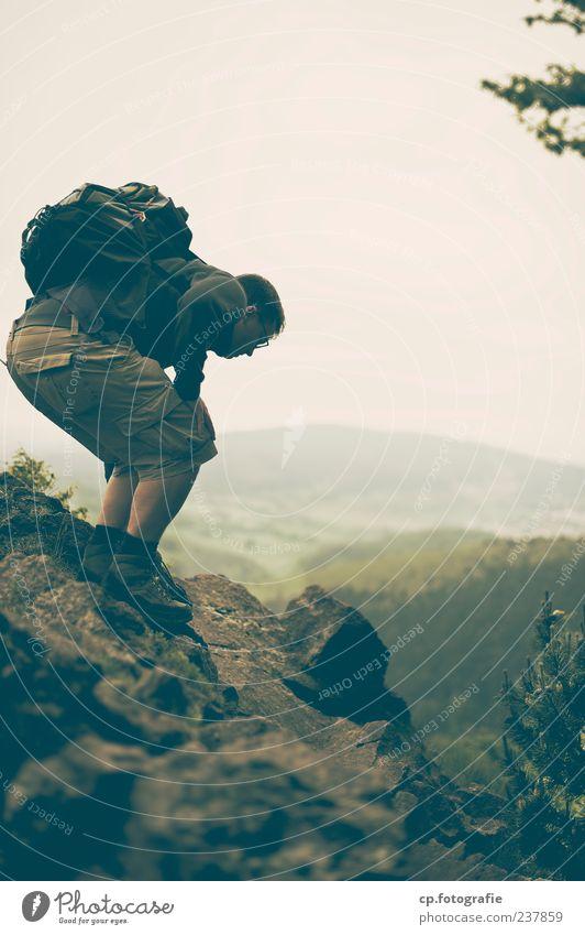 Abstieg Mensch Natur Sommer Blume Erwachsene Landschaft Herbst Berge u. Gebirge Stein Felsen Freizeit & Hobby wandern maskulin Ausflug Abenteuer schlechtes Wetter