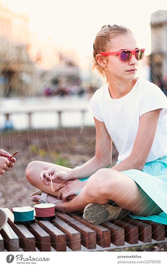 Junges Mädchen verbringt Zeit in der Innenstadt Dessert Speiseeis Essen Lifestyle Freude Glück schön Freizeit & Hobby Ferien & Urlaub & Reisen Sommer Junge Frau