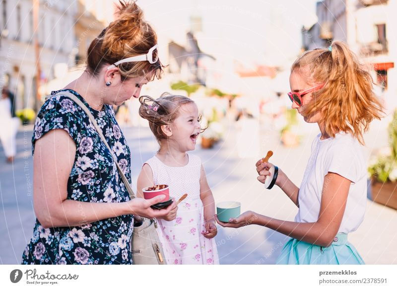Familie verbringt Zeit miteinander in der Innenstadt Dessert Speiseeis Essen Lifestyle Freude Glück schön Freizeit & Hobby Ferien & Urlaub & Reisen Sommer
