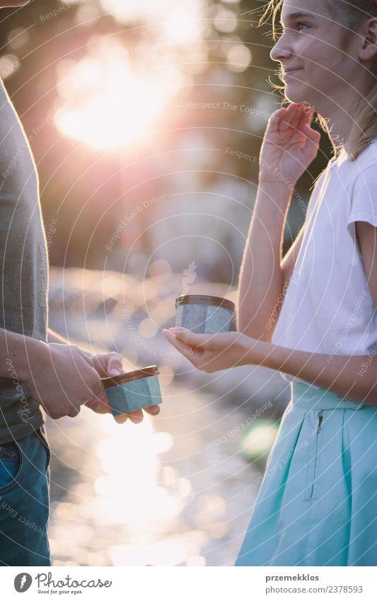 Junges Mädchen und Junge verbringen zusammen Zeit in der Innenstadt. Dessert Speiseeis Lifestyle Freude Glück schön Freizeit & Hobby Ferien & Urlaub & Reisen