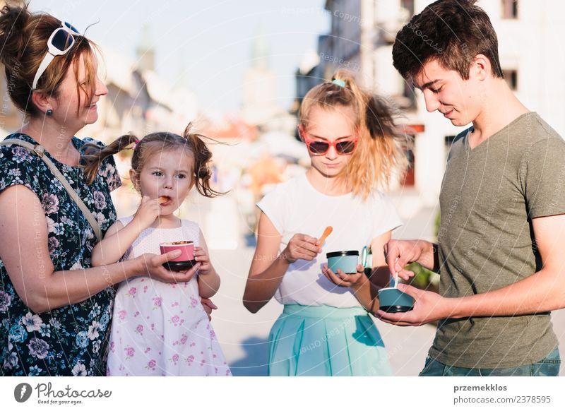 Frau Kind Mensch Ferien & Urlaub & Reisen Mann Sommer Stadt schön Sonne Freude Mädchen Erwachsene Essen Lifestyle Familie & Verwandtschaft lachen