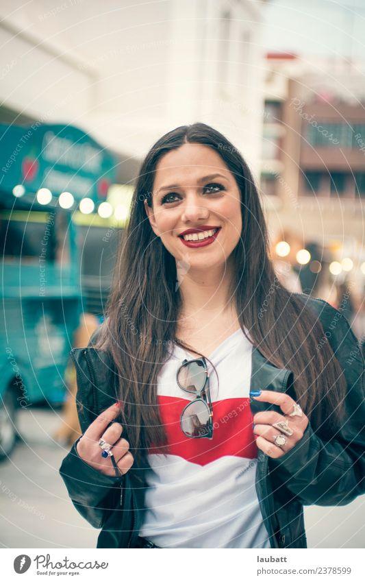 Porträt einer jungen Frau, die in die Freizeit geht. Lifestyle kaufen Freude Freizeit & Hobby Ferien & Urlaub & Reisen Tourismus Ausflug Abenteuer Sightseeing