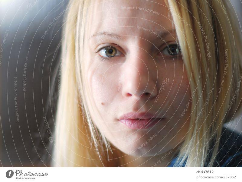 Nicht einfach Mensch feminin Junge Frau Jugendliche Gesicht 1 18-30 Jahre Erwachsene Blick schön blond Farbfoto Textfreiraum links Licht Schatten