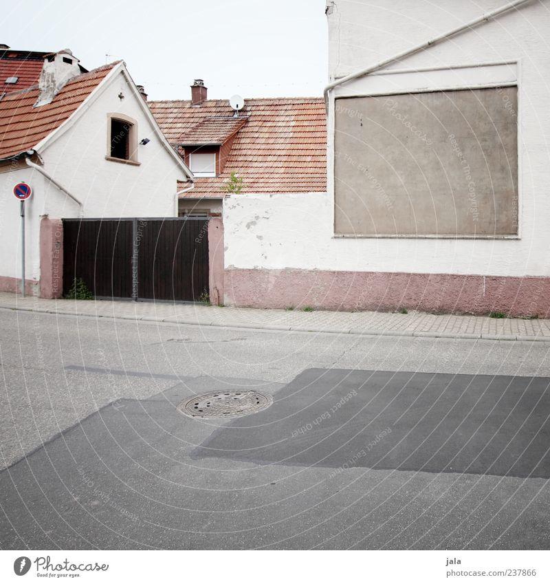 dorfschaft Himmel Haus Fenster Straße Wand Architektur Mauer Gebäude Tür Fassade Dach trist Asphalt Bauwerk Dorf Unbewohnt