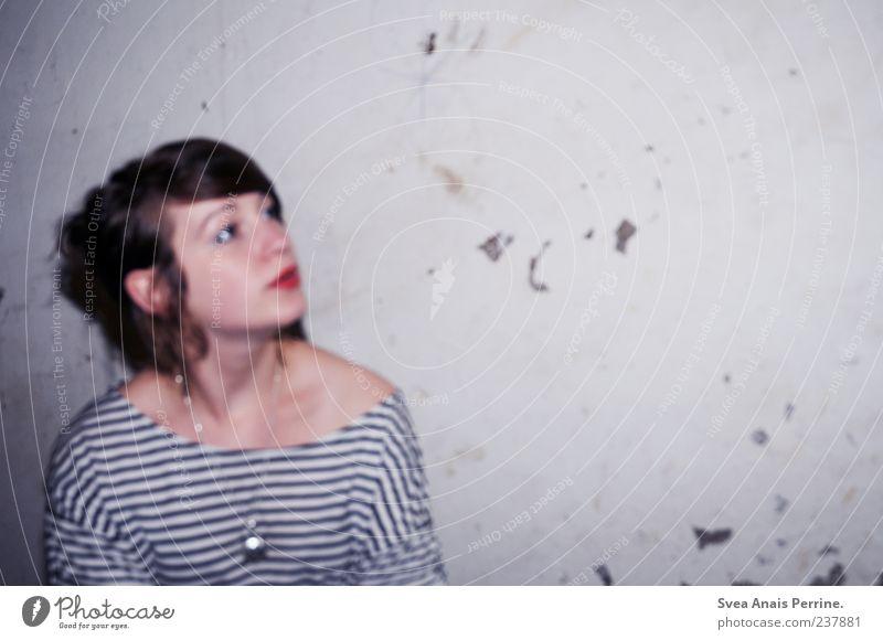 jedem sein los. Lifestyle Stil feminin Junge Frau Jugendliche 1 Mensch 18-30 Jahre Erwachsene Mauer Wand Fassade T-Shirt brünett Coolness modern trashig