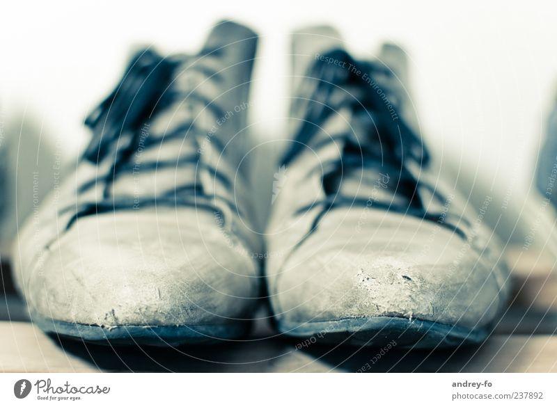 Schuhe Leder stehen kaputt nah Lederschuhe alt Schnürstiefel Schuhregal authentisch Schuhpaar 2 Schuhbänder Schuhsohle Farbfoto Gedeckte Farben Innenaufnahme