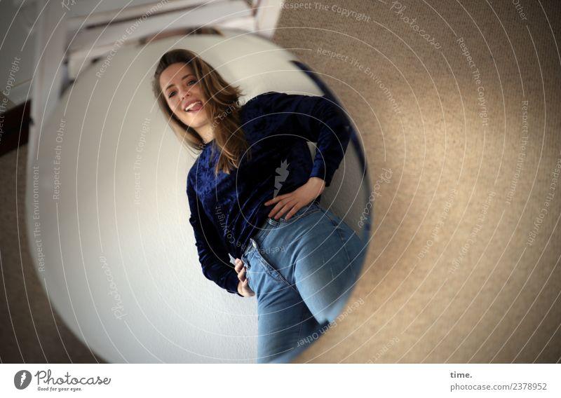 Nelly Frau Mensch schön Freude Erwachsene Leben feminin lachen Raum blond stehen Kreativität Fröhlichkeit Perspektive Lebensfreude beobachten