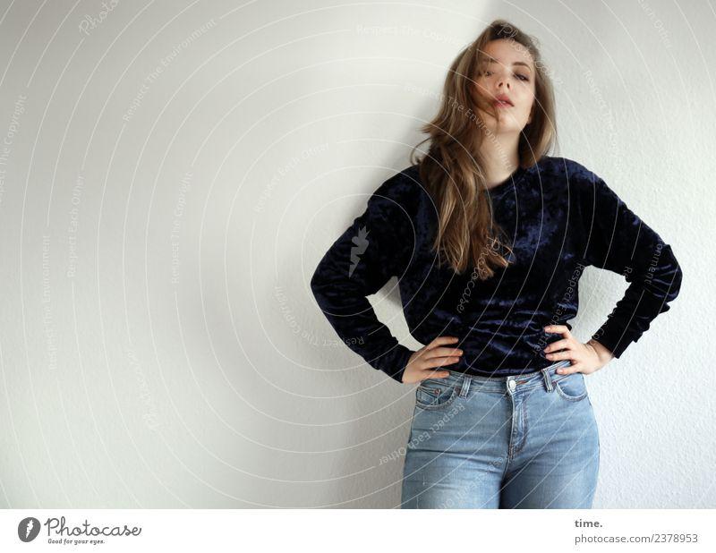 Nelly feminin Frau Erwachsene 1 Mensch Jeanshose Pullover blond langhaarig beobachten festhalten Blick stehen Coolness schön selbstbewußt Willensstärke