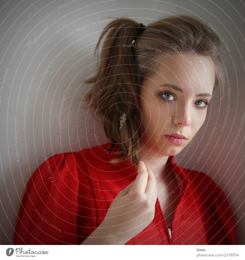 Nelly feminin Frau Erwachsene 1 Mensch Kleid Haare & Frisuren blond langhaarig Zopf beobachten Denken festhalten Blick warten außergewöhnlich schön rot
