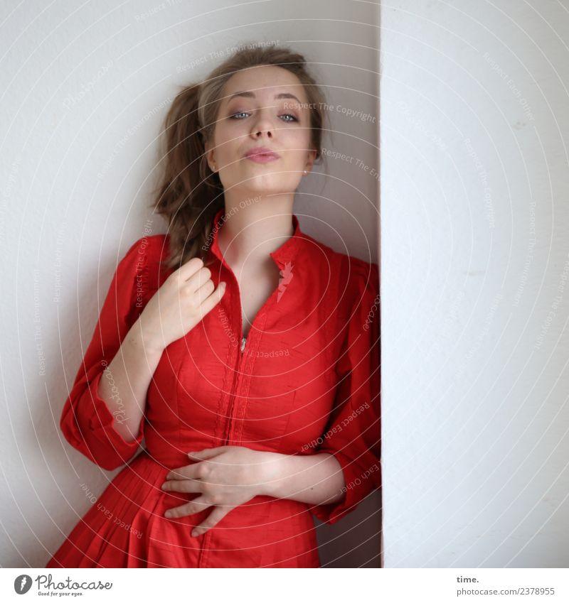 Nelly Raum feminin Frau Erwachsene 1 Mensch Kleid blond langhaarig Zopf beobachten festhalten Blick warten Coolness schön rot selbstbewußt Willensstärke