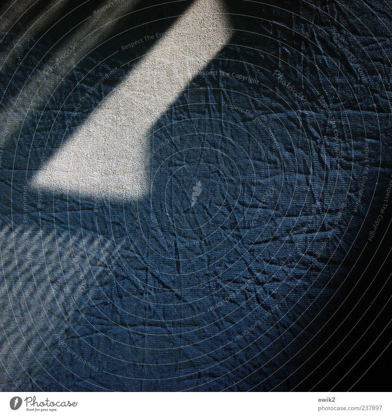 Schattendasein blau Haus schwarz dunkel Wand Mauer grau Baustelle dünn Falte eckig Arbeitsplatz Abnutzung Baugerüst Hülle hässlich