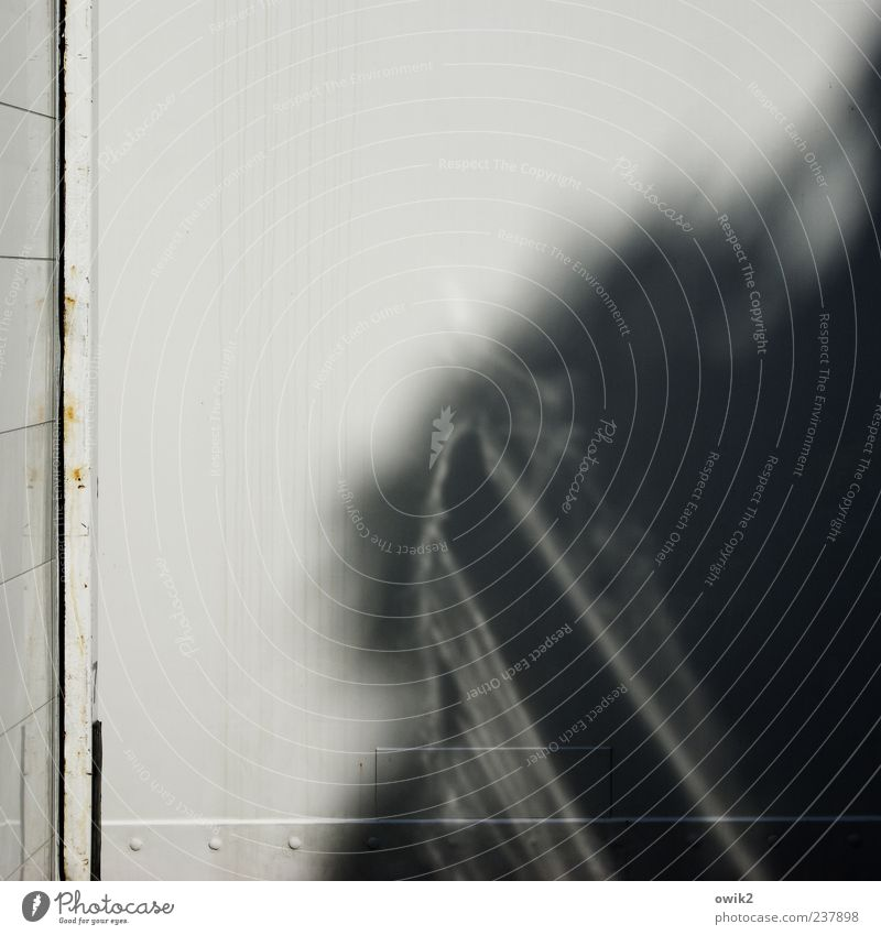 Baustellenromantik Schönes Wetter Mauer Wand Container außergewöhnlich eckig einfach glänzend hässlich hell trist grau schwarz weiß Textfreiraum Kasten