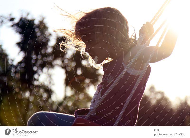von der leichtigkeit des seins... Mädchen Kindheit 1 Mensch 3-8 Jahre Natur Sommer Schönes Wetter Garten blond rothaarig schaukeln Fröhlichkeit mehrfarbig