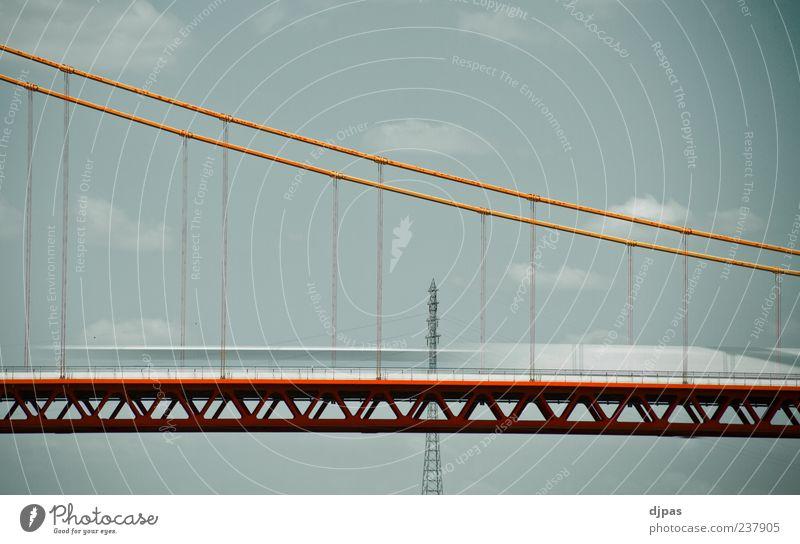 ERB mit LKWs Himmel blau weiß rot Sommer Wolken ruhig Architektur Bewegung grau Ausflug Geschwindigkeit Brücke fahren Straßenverkehr Perspektive
