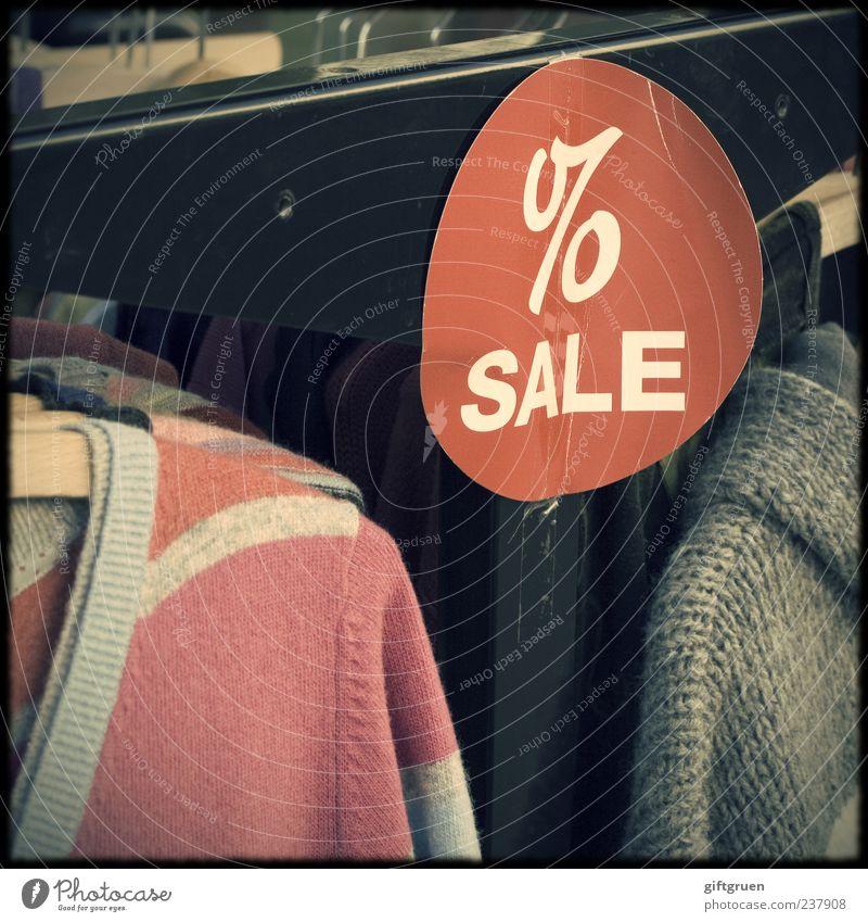 alles muss raus rot Schilder & Markierungen Schriftzeichen Hinweisschild Bekleidung Information Werbung Jacke Ladengeschäft Wirtschaft Pullover verkaufen Text