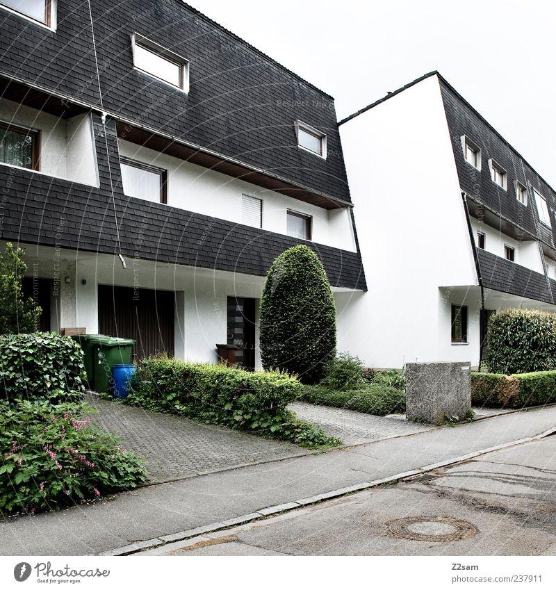 J... ich bin dir auf den Fersen Baum Haus Straße Architektur Gras Gebäude Zeit Ordnung ästhetisch Perspektive Häusliches Leben planen Sträucher trist retro