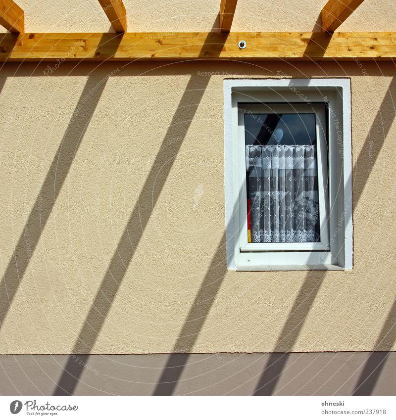 Schattenwurf Sonnenlicht Schönes Wetter Haus Gebäude Mauer Wand Fassade Fenster Dach Balken Dachgebälk Holz hell Gardine Zimmerer Farbfoto Außenaufnahme