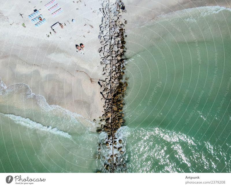 Luftaufnahme eines Steges Anlegestelle Wasser Wellen Meer Fluggerät Aussicht Dröhnen Sommer Strand Stuhl Mensch grün Sand Sonne Felsen Steinblock Bikini