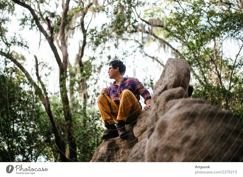 Ein junger Mann saß auf einem Booulder. Steinblock Außenaufnahme Camping wandern Klettern Stiefel Wald Felsen sitzen Natur Abenteuer Ferien & Urlaub & Reisen