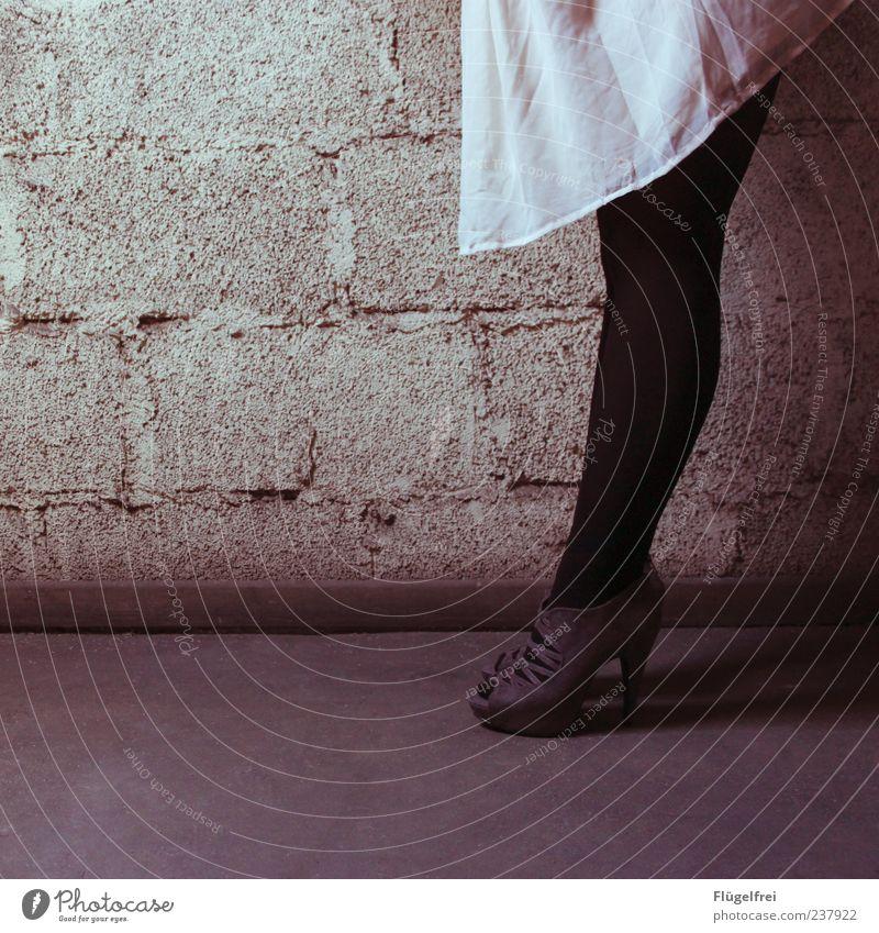 Bück dich Fee! Wunsch ist Wunsch! feminin Frau Erwachsene 1 Mensch stehen Kleid Damenschuhe Schuhe Mauer Stein Boden leer Suche Frauenschuh Rockmusik Wand