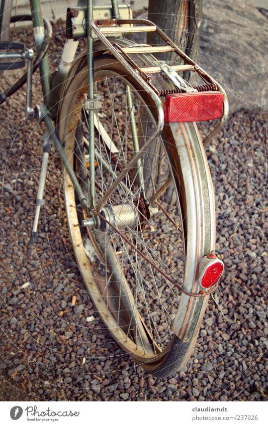 Plattfuß Wege & Pfade Fahrrad stehen alt kaputt parken Reifenpanne platt Rad Rost Rücklicht Reflektor entsorgt Schotterweg Schutzblech Felge Farbfoto