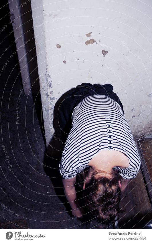Sandbürger. Lifestyle Stil feminin Junge Frau Jugendliche 1 Mensch 18-30 Jahre Erwachsene Mauer Wand Mode T-Shirt Rock hängen trendy trashig bücken Farbfoto