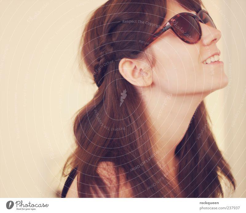 Genießerlein feminin Junge Frau Jugendliche Erwachsene Kopf Haare & Frisuren 1 Mensch Accessoire Sonnenbrille brünett langhaarig Erholung genießen Lächeln