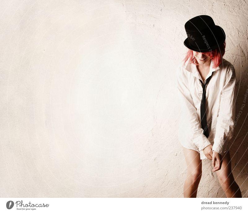Between The Scenes Freude Leben Wohlgefühl Zufriedenheit feminin Schauspieler Show Bekleidung Hemd Krawatte Hut Lächeln Glück Gefühle Stimmung Fröhlichkeit