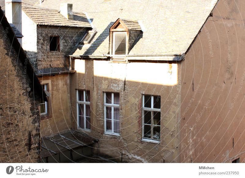 Aussichtslos alt Haus Fenster Wand Architektur Mauer Gebäude braun Fassade Häusliches Leben Dach Wandel & Veränderung Bauwerk Ruine Altstadt baufällig
