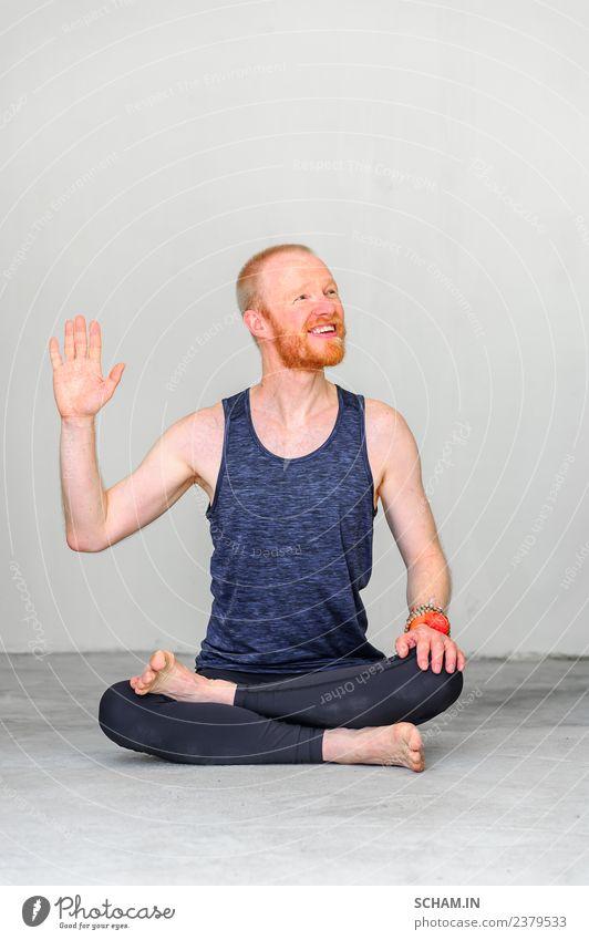 """Fröhliche Yogalehrerin sagt: """"Hallo! Lifestyle Erholung Sport Mann Erwachsene sitzen einzigartig Identität Yin Yang Yoga Ausbildung Nur für Erwachsene"""