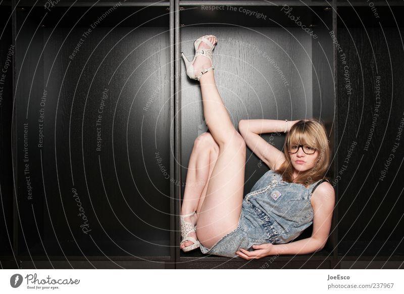 #237967 Stil schön Frau Erwachsene Beine 1 Mensch Damenschuhe langhaarig beobachten Erholung liegen träumen frech trendy einzigartig nerdig rebellisch feminin