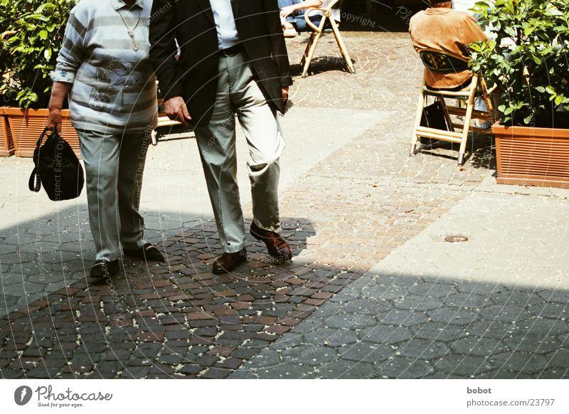 Oppa und Omma gehen Spaziergang Senior Menschengruppe Kopfsteinpflaster Scheufenster Paar