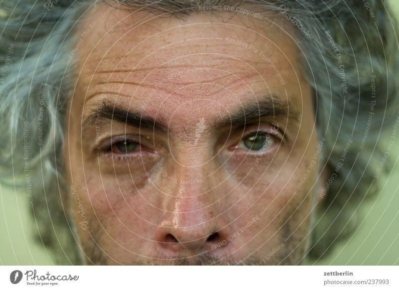 Hornhautverletzung Mensch Mann Sommer Erwachsene Gesicht Auge maskulin 45-60 Jahre Locken Wunde Frustration blind gereizt entzünden Kopf grauhaarig
