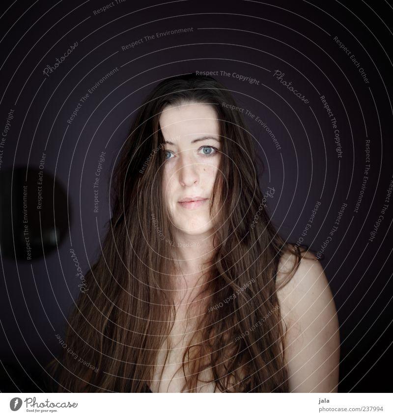 irgendwie Mensch feminin Frau Erwachsene Gesicht Schulter 1 30-45 Jahre Haare & Frisuren brünett langhaarig Blick Farbfoto Innenaufnahme Textfreiraum oben