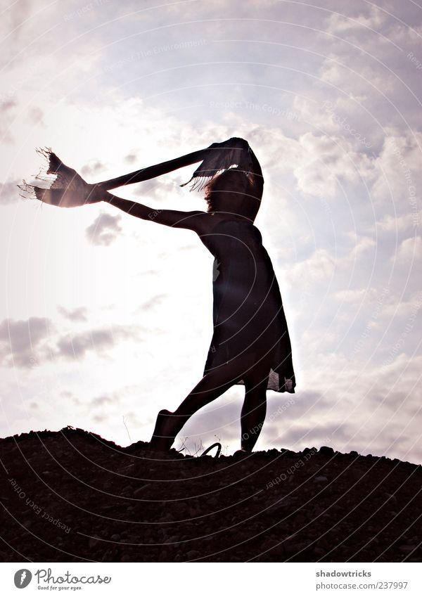 Leichtigkeit schön Leben Wohlgefühl Zufriedenheit Erholung feminin Junge Frau Jugendliche Erwachsene 1 Mensch 18-30 Jahre Kleid Locken Glück Farbfoto