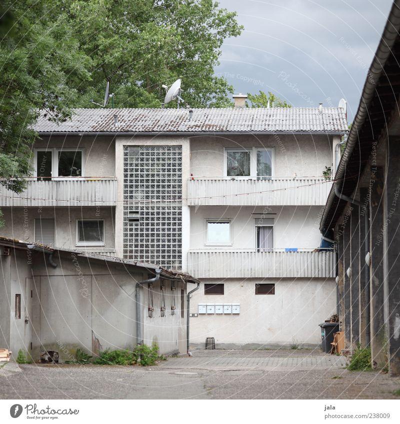 hinterhof Himmel Baum Haus Bauwerk Gebäude Architektur Hof Fassade Balkon Fenster Tür Satellitenantenne trist Farbfoto Außenaufnahme Menschenleer Tag Hinterhof