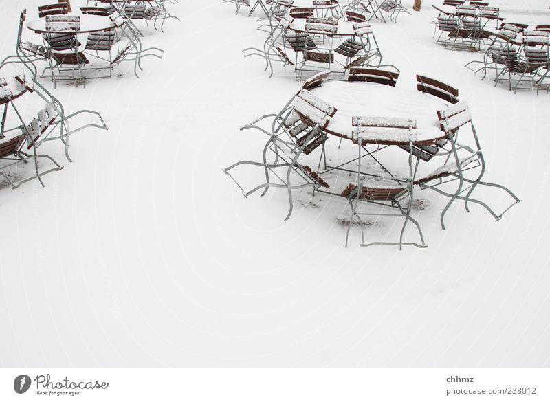 Warten auf den Frühling Restaurant Café Biergarten Terrasse Gastronomie Winter Eis Frost Schnee Tisch Stuhl Klappstuhl weiß geschlossen rund winterfest