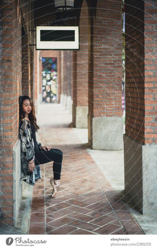 Schöne junge asiatische Frau Straßenballetttänzerin elegant Tanzen Beruf feminin Erwachsene Kunst Tänzer Balletttänzer Schwan Bewegung dünn schwarz weiß