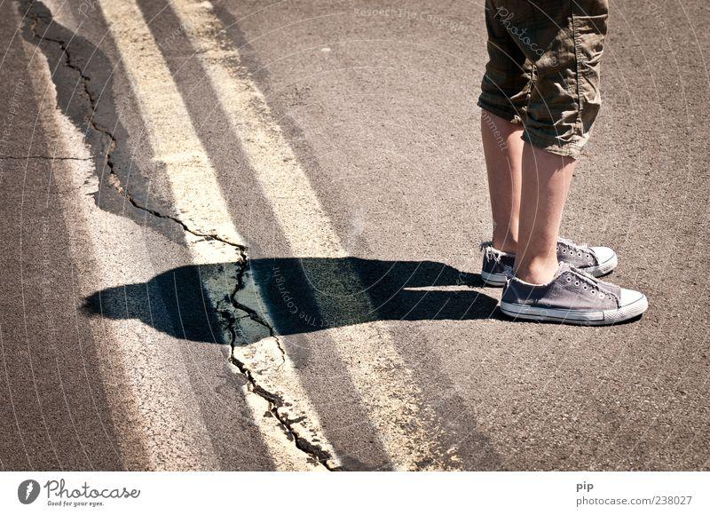 schattenriss Mensch maskulin Beine 1 Straße Markierungslinie Hose Schuhe Chucks Streifen stehen warten ruhig Riss Schatten Silhouette bewegungslos Asphalt